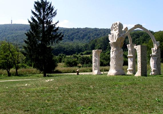 A Gerecsében található, közigazgatásilag Nyergesújfaluhoz tartozó Pusztamarót mára elnéptelenedett falva az egyik legtragikusabb magyar történelmi esemény emlékét őrzi, itt került ugyanis sor a Mohács utáni legnagyobb ellenállásra. A csatavesztés után sokan menekültek ide, földrajzilag ugyanis védett helynek számított a környék, a helyiek azonban csak három napig tudták tartani magukat.