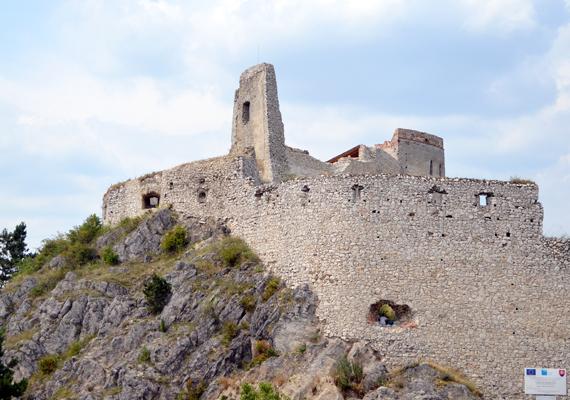 Báthory Erzsébet azután költözött ide, hogy Nádasdy Ferenc gróffal összeházasodtak. A gróf szerelme zálogaként nemcsak a várat ajándékozta hitvesének, hanem a körülötte található 12 falut is.