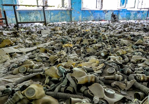 Gázálarcok Pripjatyban. Ukrajnában csak 2000. december 15-én jelentették be az erőmű végleges leállítását, ami ténylegesen december 17-én történt meg.