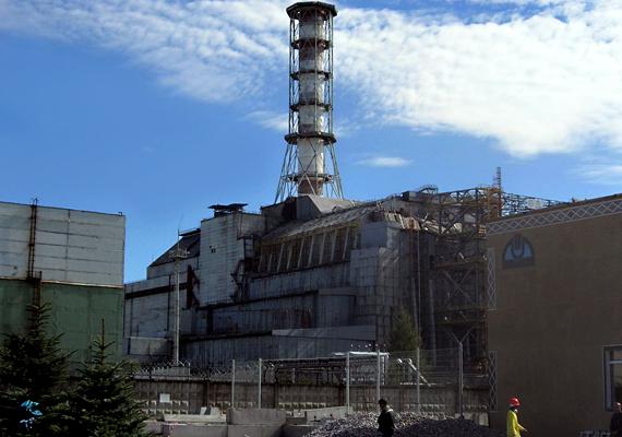 A környéket evakuálták, a sérült reaktor fölé betonszarkofágot emeltek - a képen is látható -, hogy csökkentsék a radioaktív anyagok kiáramlását, a szennyezett területeket pedig lezárták. Bár eleinte próbálták eltitkolni a katasztrófát - ezzel újabb emberéleteket követelve -, az a nyugati hírügynökségeknek köszönhetően hamar nemzetközi visszhangot keltett.
