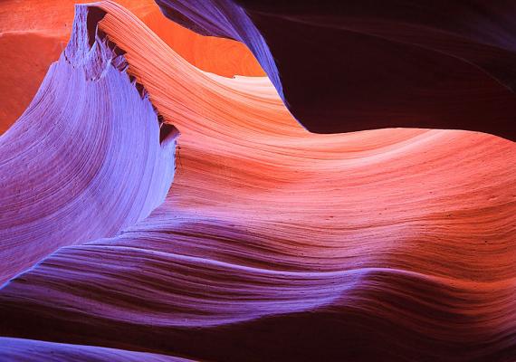 Antilop-kanyon  Az arizonai Antilop-kanyon gyönyörű formákban pompázó, hullámzó vonulatai káprázatos látványt nyújtanak. A kanyon egyébként a navahók földjén húzódik, és két része van, az Alsó, illetve a Felső Antilop-kanyon. Kattints ide, és nézz meg még több képet!