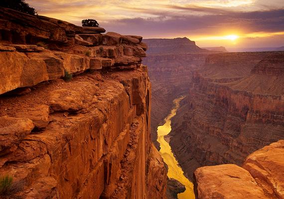 Grand Canyon                         A Grand Canyon, vagyis a Nagy Szurdok a Colorado folyó 17 millió éves eróziós munkájának eredménye. 446 kilométer hosszú, szélessége 6,4-től 29 kilométerig terjed, mélysége pedig 1200 és 1800 méter közötti.