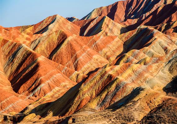 Zhangye Danxia  A színes, csíkos felszínű vonulatok Kínában, Gonsu közelében találhatók. A mintázatot a vörös homokkő- és ásványlerakódás váltakozása képezte mintegy 24 millió év alatt.