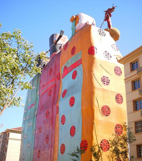 Tianzi HotelA 2001-ben épült kínai Tianzi Hotel alakjai a szerencsét, a jólétet és a boldogságot, illetve a hosszú életet szimbolizálják. A furcsa hármas a világ legnagyobb megjelenítő, festett szoborépületeként a Guinness Rekordok Könyvébe is bekerült.Kapcsolódó cikk:A világ 4 legcsúnyább turistalátványossága »