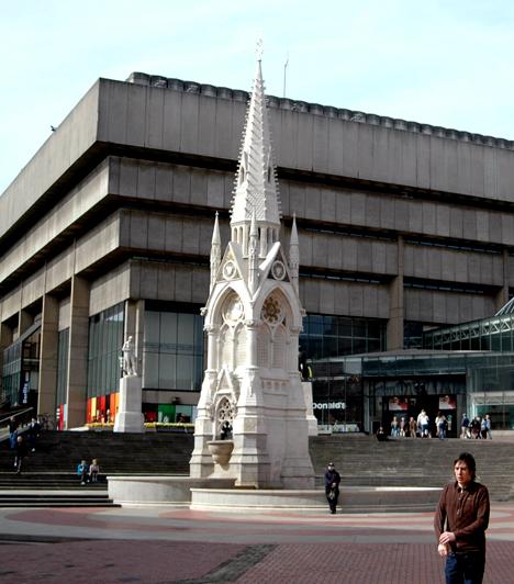 Birminghami könyvtárAz angliai könyvtárépület rideg monstrumát John Madin tervezte, az intézmény pedig 1974-ben nyílt meg. 2010 óta a hűvös megjelenést festett madarak kompenzálják.Kapcsolódó cikk:Fotók! A világ 3 furcsa, bizarr turistalátványossága »