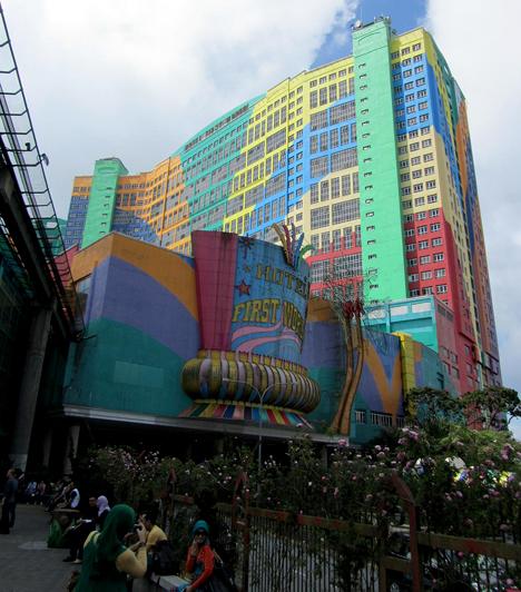 First World HotelA malajziai szálloda a szobák számát tekintve a világ negyedik legnagyobb hotelje. 6118 szoba található benne, küllemét és tiritarka színeit tekintve azonban többen tartják unalmasnak vagy épp giccsesnek, mint ahányan kuriózumnak.Kapcsolódó galéria:A világ legbizarrabb hotelei »