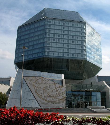 Minski Nemzeti KönyvtárA furcsa geometriai formát öltő minski könyvtárépület 72 méter magas, és 22 emeletet foglal magában. A 2006-ban megnyitott új belarusz épületet Mihail Vinogradov and Viktor Kramarenko tervezte.