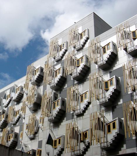 A skót parlamentAz edinburgh-i Holyroodban található parlament épületét 2004-ben adták át. Az Enric Miralles tervei alapján készült épület számos díjat nyert, a nagyközönség tetszését azonban nem sikerült elnyernie.
