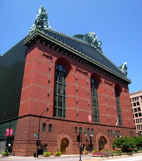 Harold Washington KönyvtárA chicagói könyvtárépületet a Hammond Beeby Rupert Ainge cég tervezői álmodták meg egy 1987-es pályázat keretében. Az 1991-ben elkészült épület később nem aratott osztatlan sikert.