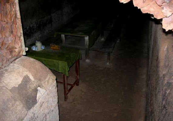 A föld alatti hálózat élelmiszer- és fegyverraktárakat, kórházi szobákat és lakórészeket is magában foglalt.