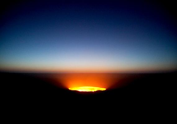 A kráter lángjainak fényét a sivatagban kilométerekről is látni lehet.
