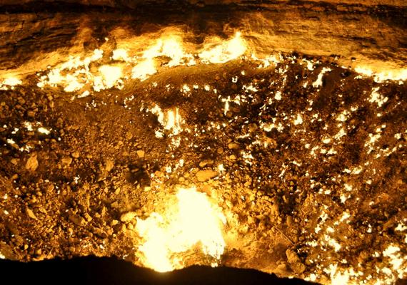 A Darvaza-kráter csupán a róla készült fotókat elnézve is elképesztő.