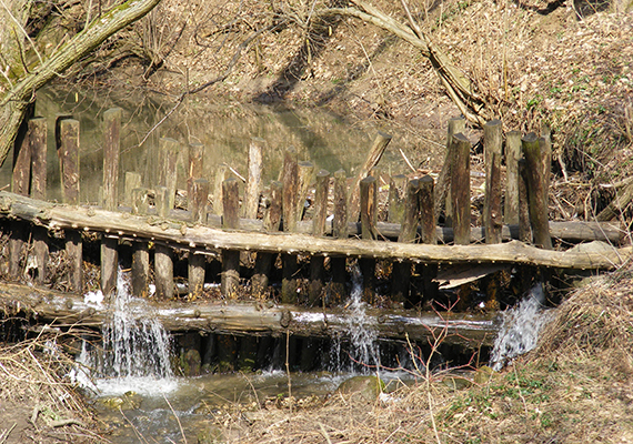 A Dera-patak - melyet Kovács-patakként is emlegetnek - idegen hangzású nevét a pomázi szerbektől kapta, a dera ugyanis szerb eredetű szó, mely rést, hasadékot jelent.
