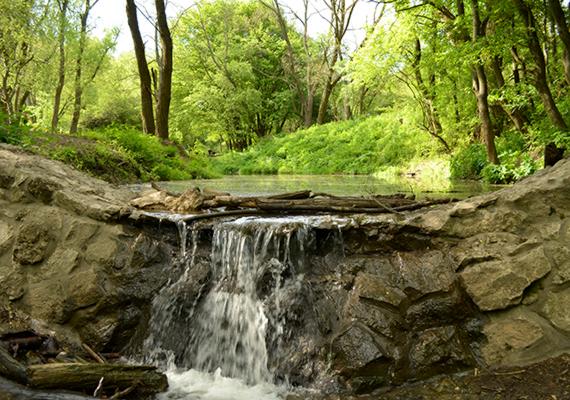 A Dera-patak a Pilis leghosszabb vízfolyása, mely Pilisszentkeresztnél ered, majd Szentendrénél folyik bele a Dunába. A patakot a szurdokvölgyben a Pilis-tetőre és a Dobogókőre hulló, majd itt összegyűlő csapadék táplálja.