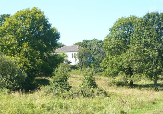 Egykor ez az épület volt a község iskolája, ma a derenki lengyelség emlékhelyéül szolgál. A kápolnán kívül ez az egyetlen, amit felújítottak a faluban.