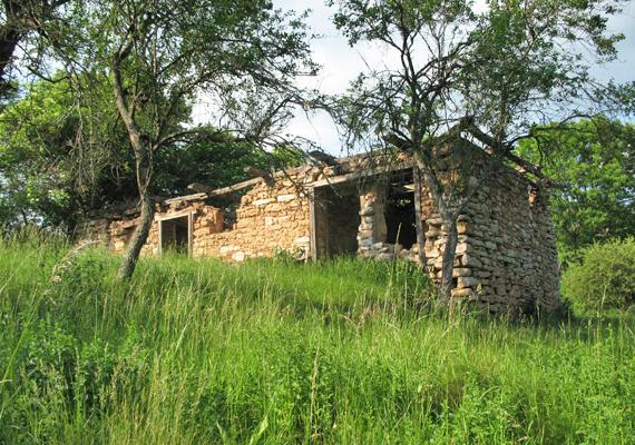 A középkori eredetű falu az elmúlt évtizedekben kihasználatlanul állt, így nem meglepő, hogy az enyészeté lett.