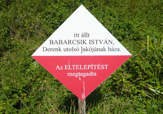 Ahogyan a tábla felirata mondja: ezen a helyen állt Derenk utolsó lakójának otthona, aki nem volt hajlandó Horthy Miklós kérésének eleget tenni.