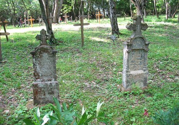 Bár kerítés már régen nincs, a megkopott fakeresztek és a mohával benőtt kősírok jelzik a temető helyét.