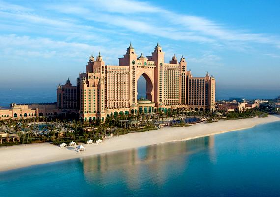 Itt áll az Atlantis The Palm elnevezést viselő hotel is, melyben összesen 1539 szoba van, természetesen csak azok számára, akik elég mélyen a pénztárcájukba tudnak nyúlni.