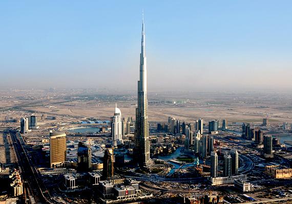 A Burj Kalifa, azaz a Kalifa torony jelenleg a világ legmagasabb épülete. A 828 méteres felhőkarcolóban irodák, lakások és szálloda is található, mindez luxuskivitelben.