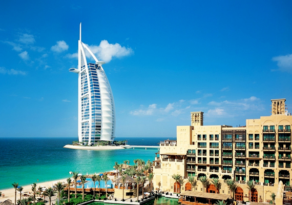 A Burj al-Arab hétcsillagos szállodát 1999-ben adták át a nagyérdeműnek. 321 méterével ez a legmagasabb szálloda az egész világon.