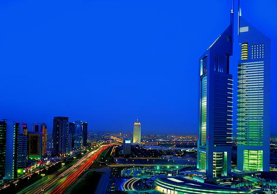 Az Emirates Towers két részből áll, egy szállodai szekcióból, illetve egy, a lakók számára kialakított részből. A komplexum különlegessége, hogy 42 hektárnyi területén tavak, vízesések és pihenőhelyek találhatóak, akárcsak egy parkban.