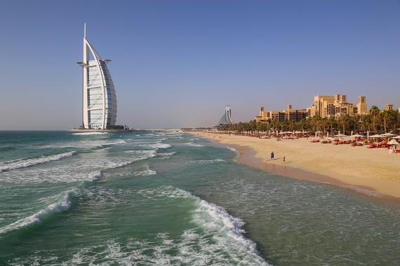 Dubaj jelképe, a Burj al Arab a világ első hétcsillagos szállodája, amely egy kihagyhatatlan turisztikai látványosság a városban. A vitorlára emlékeztető szálloda tényleg igazi luxust nyújt, saját helikopterpályával és víziparkkal. Az épület nem csupán belülről látványos: a Perzsa-öböl hullámzó partján igazán exkluzív strandolásra nyílik lehetőségük a turistáknak.