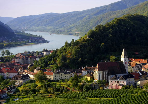 Ausztriában is van egy Dunakanyar, méghozzá Wachaunál, ráadásul ez a vidék 2000 óta a Világörökség része. A környező települések középkori, illetve barokk építészeti emlékeket őriznek, emellett ez a völgy a helyszíne a Niebelung-éneknek is.