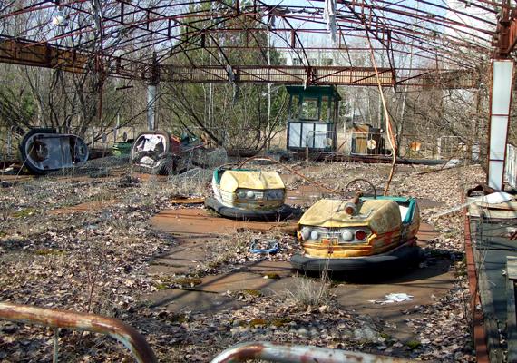A dunaújvárosi vidámparkot sokszor a képen látható, Csernobilhoz közeli Pripyat vidámparkjához hasonlítják, mely az atomkatasztrófa óta elhagyatottan áll.