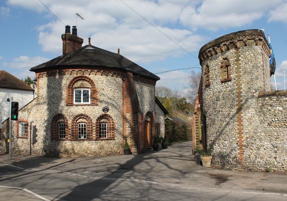 A falu az egykori Horsley keleti részét képezi, a képen a kaputornyát látod. East Horsley-ról már 1086-ban született írásos feljegyzés, itt volt birtoka Lanfrancnak, Canterbury érsekének is.