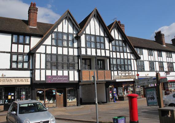 Így néz ki East Horsley szíve. Látszik, hogy meghagyták a régi stílusú épületeket, melyek jelenleg különböző üzleteknek adnak otthont.