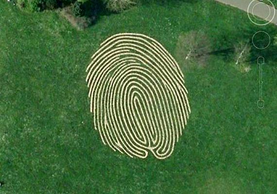 A hatalmas ujjlenyomat a Hove Parkban, Brighton és Hove közelében található.