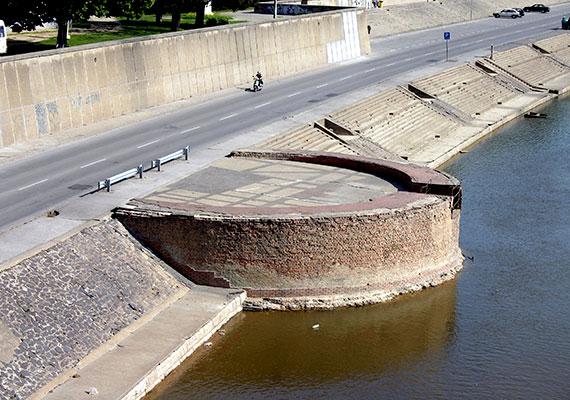 A régi Szegedet az 1879-es nagy árvíz szinte teljes egészében elmosta: több ezer ház omlott össze, körülbelül másfél száz ember veszett oda, a város lakóinak többsége pedig hajléktalan lett. A képen a rakpart látható a szegedi vár egy megmaradt bástyaemlékével.