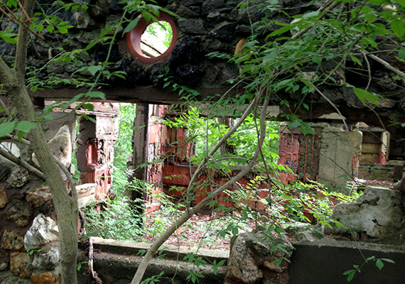 Sokan kísértetjárta helynek tartják a falut, ahol az itt elhunytak szellemei máig nem leltek nyugalomra.