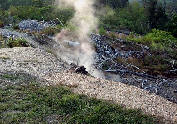 Az amerikai egyesült államokbeli Centralia kísérteties hely, melyet lakóinak többsége mára elhagyni kényszerült, köszönhetően annak, hogy a város alatt található szénkészletek máig égnek egy szerencsétlen baleset miatt. Kattints ide, és tudj meg többet!