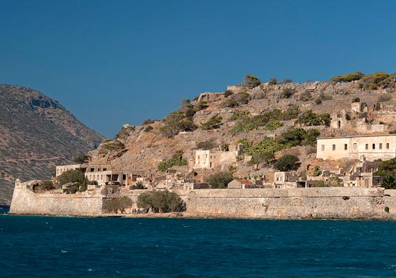 A Görögországban, Krétán található Spinalongát szintén a leprások szigeteként emlegetik, karantén funkcióját egészen 1957-ig betöltötte. A lakatlan sziget mára turistalátványossággá vált. Kattints ide, és tudj meg róla többet!