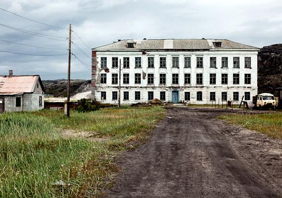 Az egykori iskola omladozó épülete Teriberkában.