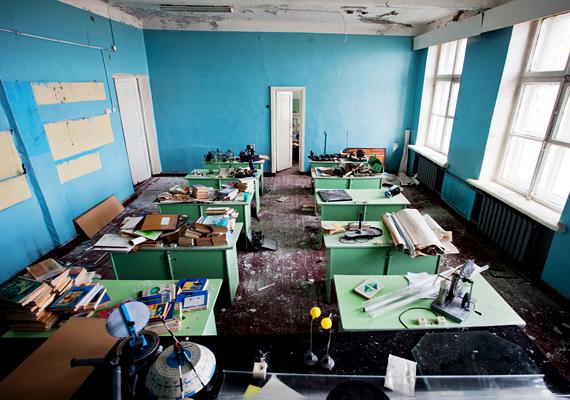 A csendbe burkolózott épület félelmetes hatást kelt, olyan, mintha a diákok ma is itt lennének.