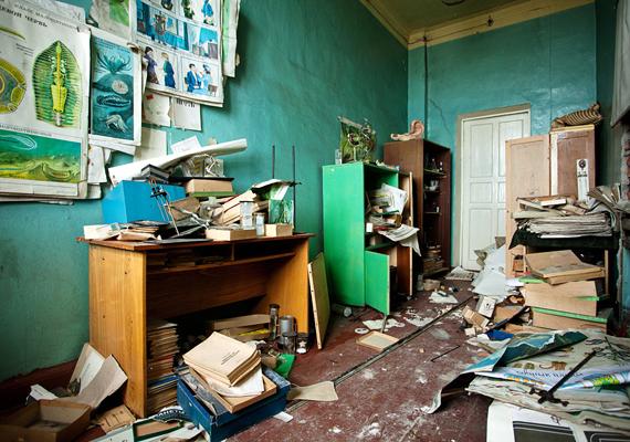 Az épület ma olyan, mintha hirtelen hagyták volna el. Szinte mindent itt hagytak, ami egykor az oktatás részét képezte.