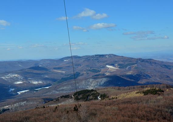 A 964 méter magas, szintén a Mátrában található Galya-tető is országos hírű üdülőhely és őszi, téli úti cél. A képen a Kékesből a Galya-tetőre nyíló páratlan kilátást örökítették meg.