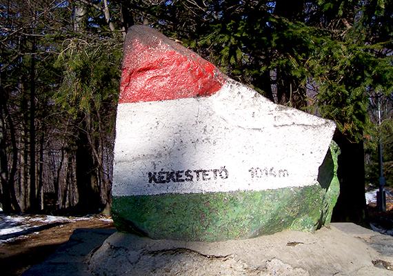 A Mátrában található Kékes-tető hazánk legmagasabb hegycsúcsának számít a maga 1014 méterével, a Kékestető megnevezés egyúttal a Gyöngyös város részének számító települést is jelöli. A képen a magassági pontot jelölő, nemzeti színű kő látható.