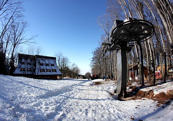 A Kékes igen népszerű télen is a turisták körében, ami talán köszönhető annak is,hogy innen indul az ország leghosszabb sípályája.