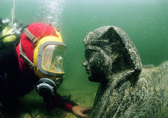 Az Alexandriához közeli, egyiptomi Heraklion és Canopus 1200 évvel ezelőtt egy árvíz következtében került a víz fogságába. Az iszapos talaj nem bírta megtartani az épületeket, így a két város belecsúszott a tengerbe. A romokra hét méter mélyen bukkantak rá búvárok, a templomokat, lakóépületeket és szobrokat még a víz sem kezdte ki túlságosan.