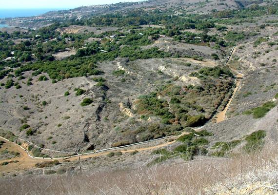 A környéken több olyan terület is található, ahol a föld mozgása jelenleg is mérhető, ezek közé tartozik a Portugese Bend is a Palos Verdes-félszigeten.