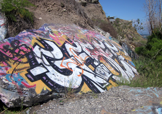A partszakasz kedvelt célpontja a graffitiművészeknek.