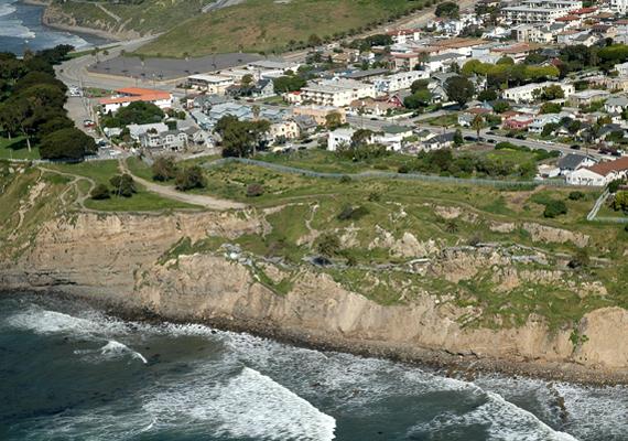 A terület pusztulását földcsuszamlás okozta, ami az után következett be, hogy a tenger hullámzása meggyengítette a partfal alapját.