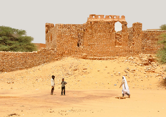 A mauritániai Chinguetti egykor fontos kereskedelmi központ volt. A városban máig élnek, ezért komoly fenyegetettséget jelent a homok, mely már számos épületet eltemetett.