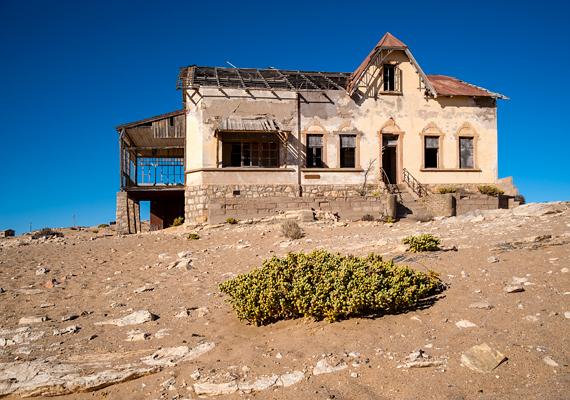 A namíbiai sivatagban fekvő Kolmanskop egykor bányásztelepülés volt, miután azonban egyre kevesebb lett a területen a gyémánt, lakói végleg elhagyták. A várost azóta a homok uralja.