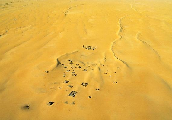 A Maliban található Araouane nevű településen még élnek emberek, annak ellenére is, hogy házainak nagy része mára a homok fogságába esett.