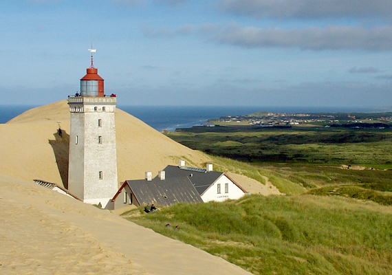 Az Északi-tenger partján található, dániai Rubjerg Knude világítótornyot az elmúlt néhány évtized alatt hódította meg a homok. A helyiek először megpróbáltak tenni ellene, 1999-ben azonban feladták a küzdelmet.